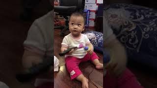 Bé gái 8 tháng tuổi đã biết cầm mic nhún nhảy theo nhạc