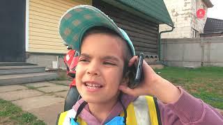 Андрей играет в полицейского - колесо трактора упало в бассейн
