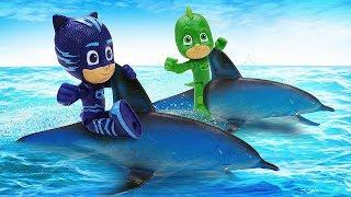 Герои в масках спасают дельфина. Видео для детей с игрушками.