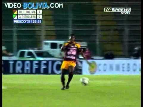 Francisco Arguello bị gãy chân vì pha vào bóng triệt hạ của Hurtado [09-2010]