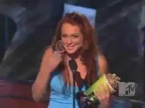 Christina Aguilera e Sharon Stone apresentam Lindsay Lohan no MTV Movie Awards 2004