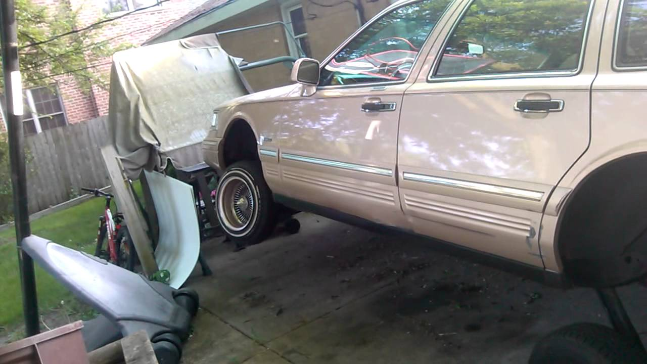 96 lincoln town car doing a 3wheel lowrider youtube. Black Bedroom Furniture Sets. Home Design Ideas