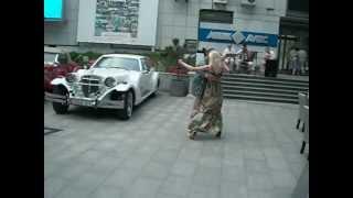 Уличное танго в Харькове(В центре Харькова есть галерея «АВЕК» со свободным входом. Её хозяин - меценат и бизнесмен Александр Фельд..., 2012-05-14T10:35:53.000Z)