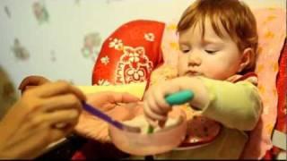 Ариша кушает сама