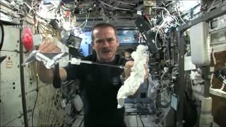 Что будет если выжать мокрое полотенце в космосе?