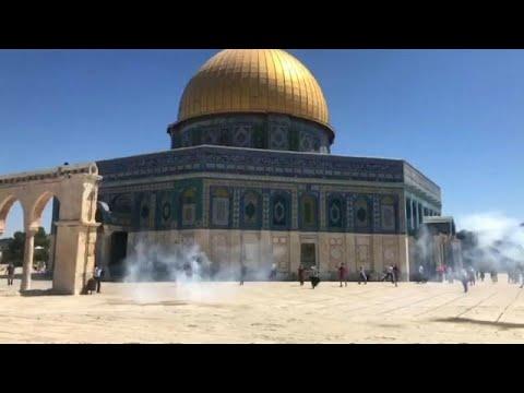شاهد: الشرطة الإسرائيلية تقتحم المسجد الأقصى لتفريق المصلين بعد صلاة العيد…  - 14:54-2019 / 8 / 11
