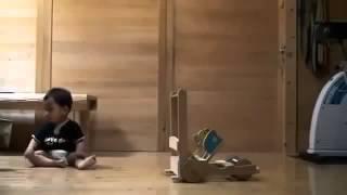 Кошка учит ходить ребенка