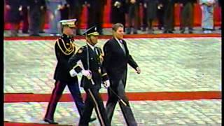 1983年11月9日、赤坂迎賓館にて昭和天皇と共に歓迎式典に臨む レーガン...