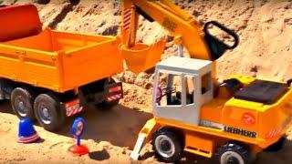 Jeux et travaux de sable avec les véhicules de construction