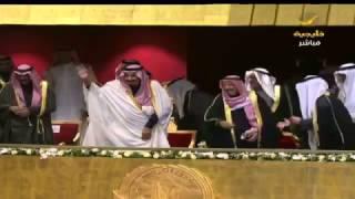 بالفيديو والصور.. الملك سلمان يشارك في العرضة بحفل وزارة الإعلام الكويتية