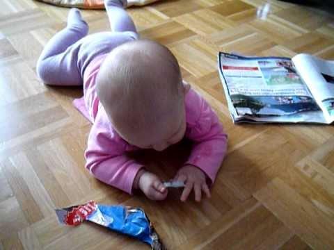 Kleine Lenja gefällt die Zeitung nicht.MOV