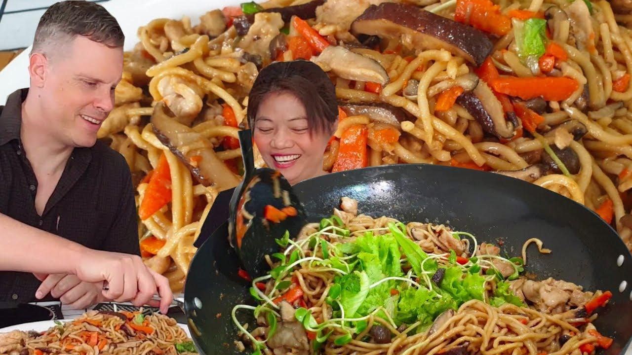 ยากิโซบะผัดซอส เส้นยากิโซบะเหนียวๆนุ่ม เอามาผัดกับน้ำซอสของญี่ปุ่นปรุงรสนิดหน่อยอร่อยเลิศอย่าบอกใคร