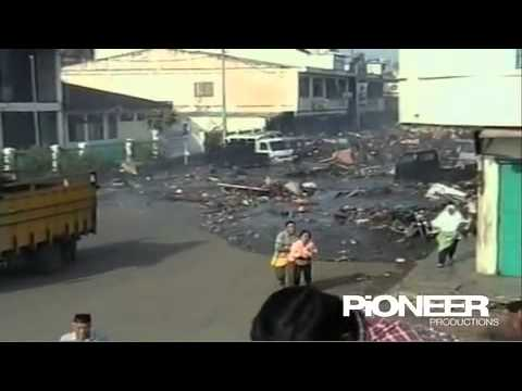 Tsunami flood through the streets of Banda Aceh