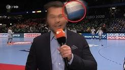 ZDF-Moderator wird von Handball am Kopf getroffen | Handball EM 2020