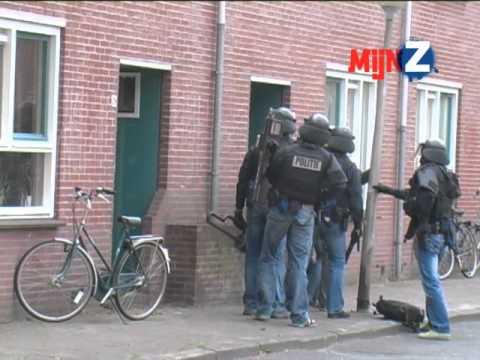 Beelden inval arrestatieteam politie Zwolle na schietpartij aan Sumatrastraat