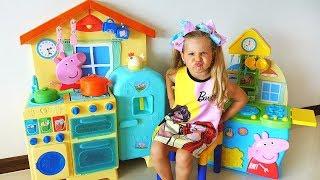 रोमा और डायना किचन–किचन खेलते हैं / बच्चे रसोई के खिलौनों से खेलते हैं