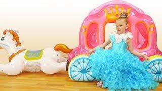 Лиза собирается на бал принцесс