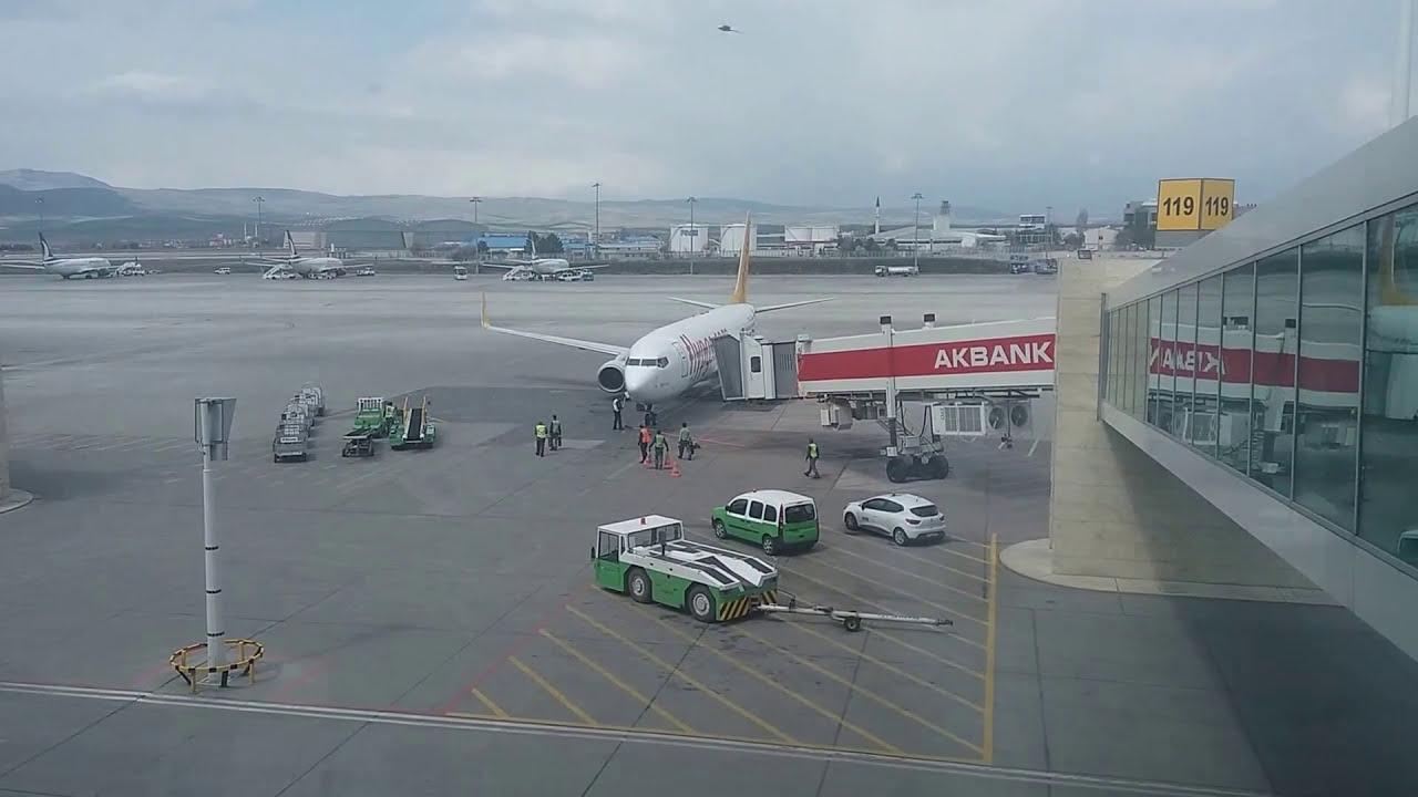 لحظة هبوط طائرة بيجاسوس التركية Youtube