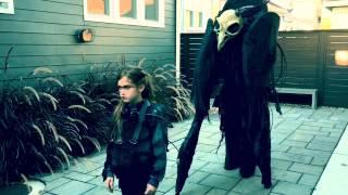 マッドマックス的世界観が今ここに。憂いを帯びた美少女がスカル・モンスターを引き連れて練り歩く