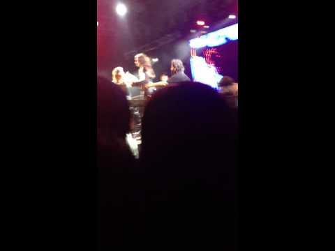 Fã invade palco e assusta a Pitty no Rock Concha em Salvador.