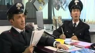 Carabinieri che fanno il cruciverba
