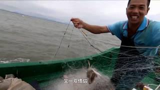 小池出外海抓螃蟹,大风大浪中急忙收网,抓到一大袋花蟹、三眼蟹