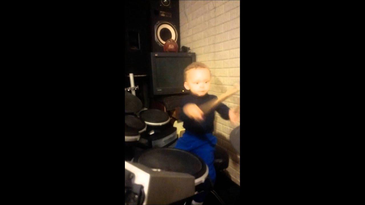 Un garçon de 2 ans joue du Foo Fighters à la batterie