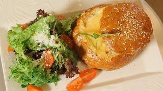 Запеченная булочка с яйцом, сыром и копченой курицей. Рецепт от шеф-повара.