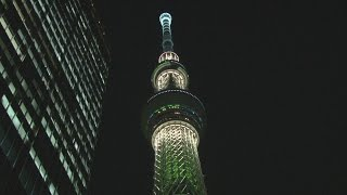 東京スカイツリータウンで11日、スカイツリーを「世界一高い クリスマ...