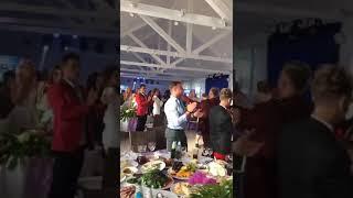 Появление жениха и невесты перед гостями