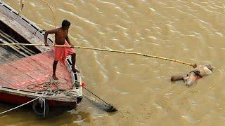 Тела просто сбрасывают в реку. COVID в Индии