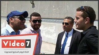 بالفيديو..صحفيو الجزيرة ينتظرون قرار المحكمة بالتأجيل لـ2 أغسطس خارج أسوار طره