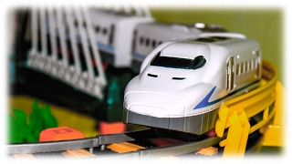 Video For Children – «rapid Transit» Children's Model Railway With Bridge And White Toy Train