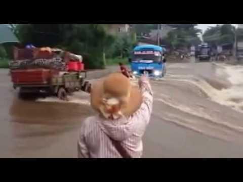 [DNĐT] Xe khách cố tình vượt qua đoạn đường lũ tại Võ Lao (Lào Cai) vô cùng nguy hiểm