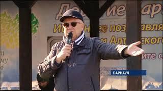 Алтайские депутаты и журналисты массово вышли на субботник в барнаульский парк