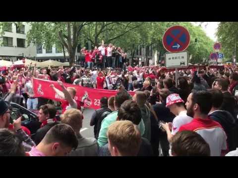 Die Fans des 1. FC Köln feiern auf den Kölner Ringen