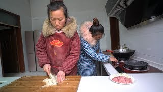 农村俩儿媳做午饭,一个掌勺一个切菜,十几分钟做出暖胃胡辣汤