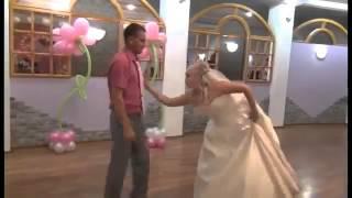 У жениха и невесты танцевальная лихорадка(, 2014-06-03T13:11:01.000Z)