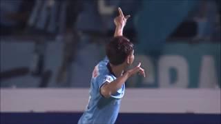 前線でボールを拾った小林 悠(川崎F)がドリブルで持ち運びながら強烈...