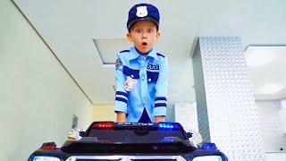 سينيا وله لعبة وهمية من باني وضابط الشرطة