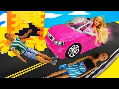 Онлайн видео с куклами – Барби на машине без тормозов! – Игры для девочек с игрушками.