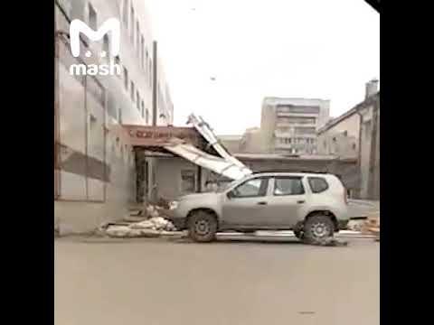В Кемеровской области у торгового центра из-за ветра снесло крышу