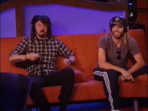 Dave Grohl and Taylor Hawkins jam out to
