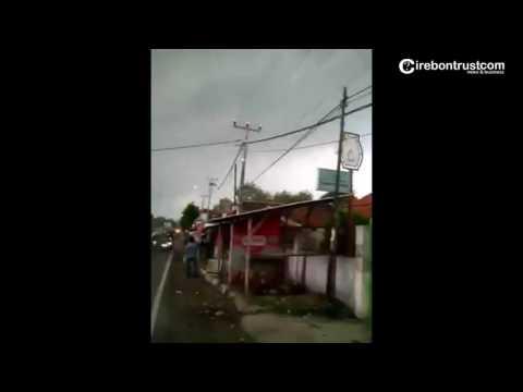 Ini Detik-detik Terjadinya Puting Beliung di Desa Klayan Kab. Cirebon