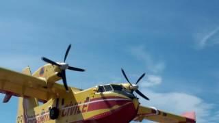 Un Canadair frôle les badauds à Villeneuve de la Raho thumbnail