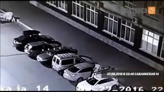 Смотреть видео На Саблинской обнажённый мужчина прыгал по машинам   Происшествия   Новости Санкт Петербурга   Фонта онлайн