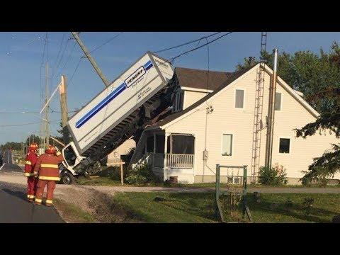 В Канаде грузовик влетел в канаву и приземлился на крышу дома