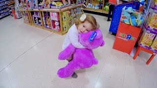 Playing with GIANT TEDDY BEAR at Toys R Us / Toys Store / Tienda de Juguetes /