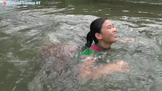 Survival skills: Primitive Life skills Catching Giant Fish by Hand & Cooking Technology Eating