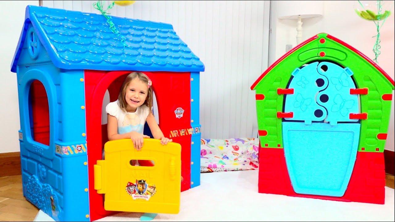 Катя и Макс играют с игровыми домиками для детей  Kids pretend to play with Playhouses